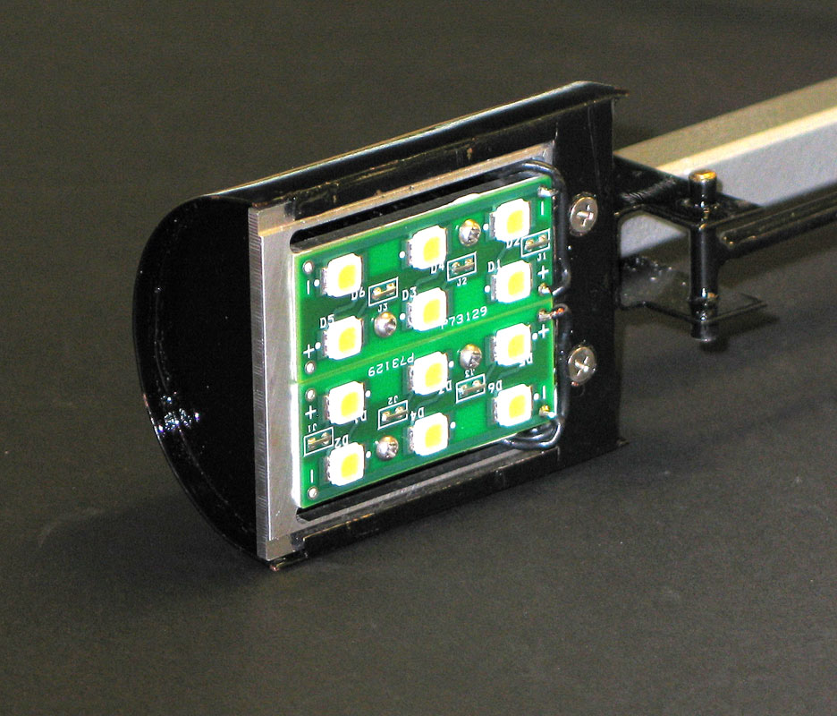The head utilized a custom circuit board with an array of 12 Nichia LEDs, split into two circuits for hi-lo setting. These were mounted to a machined heat sink.